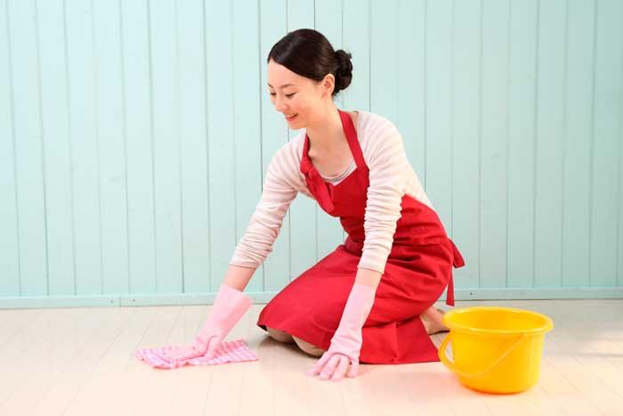 年末大掃除をする女性