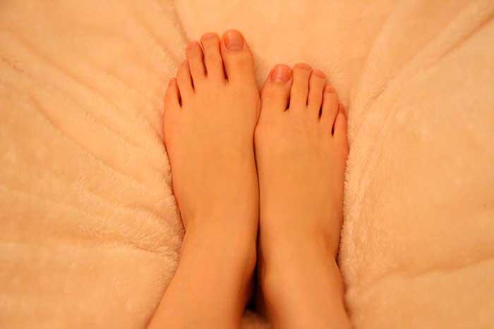 布団の中で冷えている足