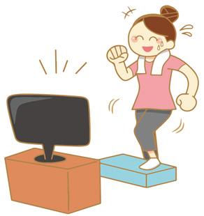テレビを見ながら踏み台昇降運動をする女性